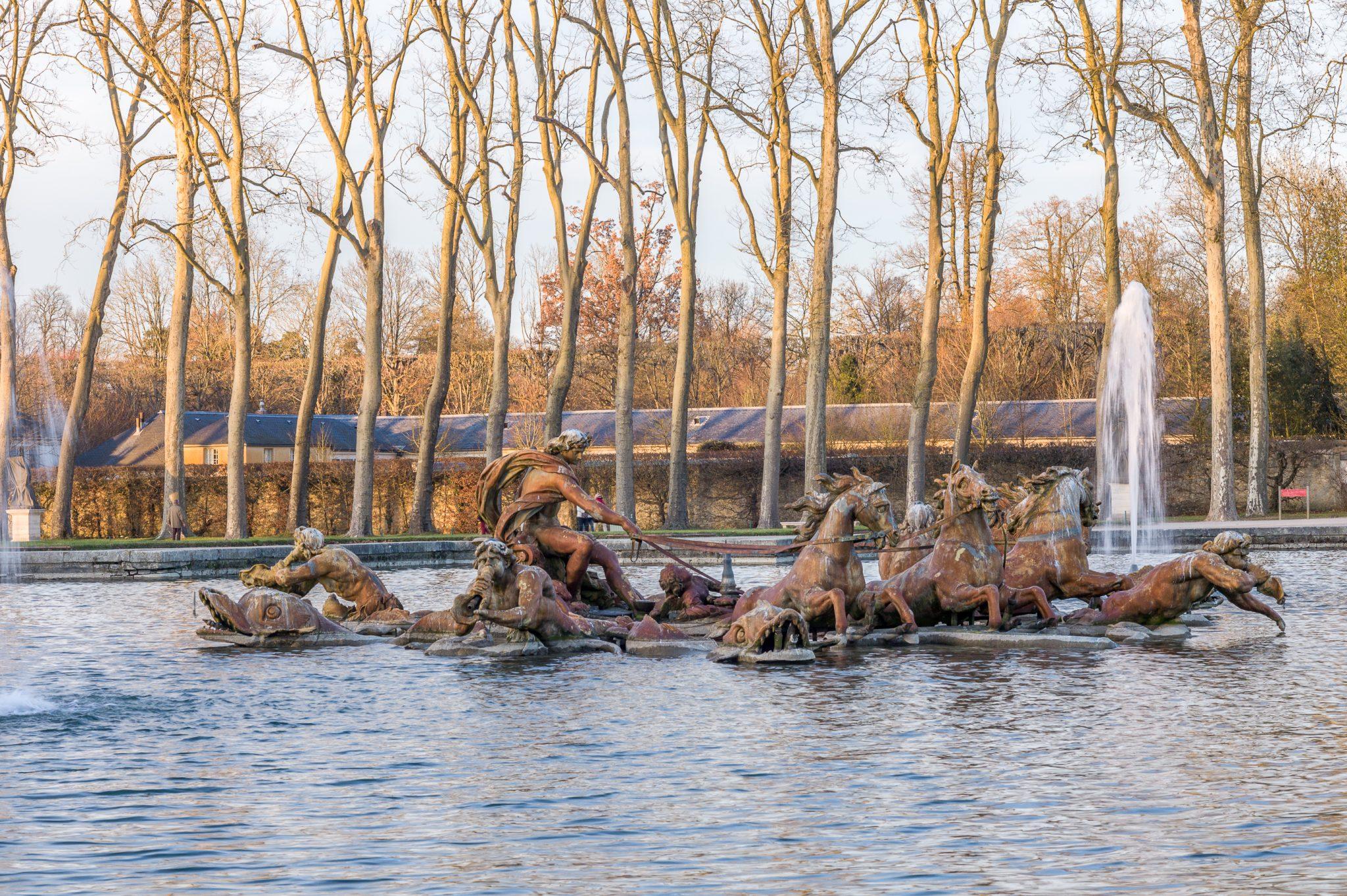 Versailles  16 décembre 2013 - Bassin créé sous Louis XIII en 1636 appelé le bassin des Cygnes, transformé  en 1687 par Jules Hardouin-Mansart et devenu bassin d'Apollon
