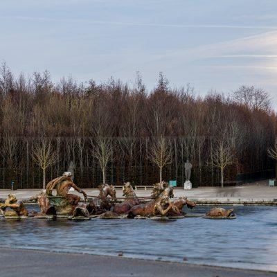 Versailles - 16 décembre 2013 - soir d'hiver - réflexion de la lumière de la lune dans un jet d'eau du bassin d'Apollon - 1687 Jules Hardouin-Mansart