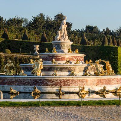 Versailles 22 août 2016 Le bassin de Latone résulte de la volonté de Louis XIV de créer, au centre de son Jardin, une fontaine qui raconte l'enfance d'Apollon, le dieu-soleil qu'il s'est choisi pour emblème. Pour créer cette fontaine, Louis XIV fait transformer un bassin creusé par Louis XIII en y installant progressivement des jeux d'eau et des décors sculptés par les frères Marsy. Le bassin de Latone connaît plusieurs états avant d'épouser sa forme actuelle. En 1667, il est la fontaine aux Crapauds. De 1668 à 1670, un premier bassin de Latone apparaît ; Latone est alors au même niveau que les autres figures et tournée vers le Château. De 1687 à 1689, Jules Hardouin-Mansart crée le bassin actuel, en faisant faire un demi-tour à Latone et en la hissant au sommet d'une pyramide de marbre.
