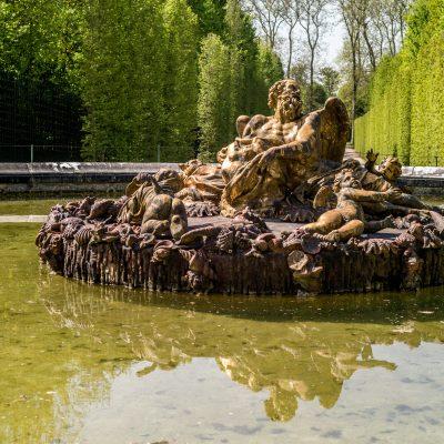 Versailles bassin de Saturne dit de l'Hiver 20 avril 2017 Groupe en plomb réalisé par Girardon entre 1675 et 1677, d'après les dessins de Charles Le Brun. Ce bassin fut en retard sur les trois autres. C'est seulement pendant l'été de 1677 que les plombs sont dorés par Bailly